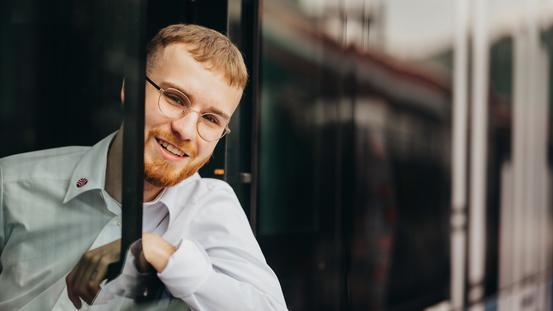 Azubi zur Fachkraft im Fahrbetrieb (FiF) schaut aus dem Fenster eines Busses der VOS