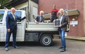 Geben den Stadtwerke-Startschuss für den Bau des Solarparks am Wasserwerk Thiene in Alfhausen: (V.l.) Christoph Hüls (Vorstandsvorsitzender), Marcus Bergmann (Leiter Energie) sowie Carsten Tiedemann und Sven Kiesow (Projektleitung).