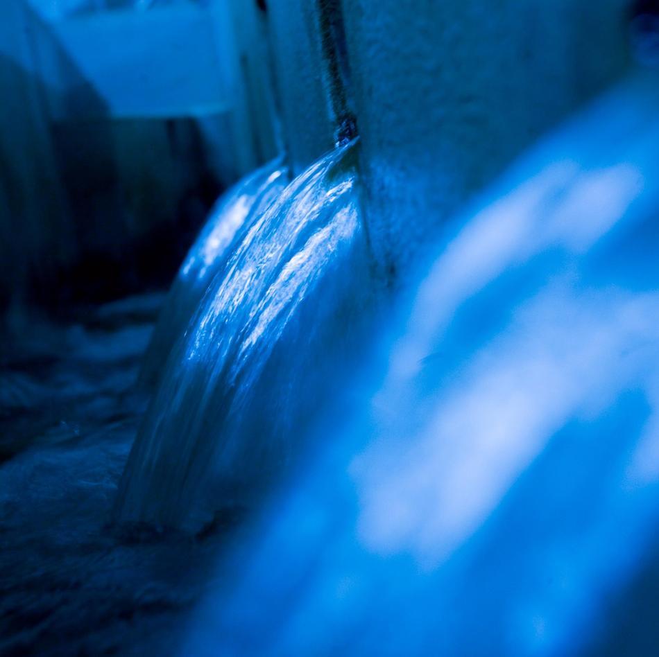 Nahaufnahme von fließendem, sauberen Wasser im Wasserwerk Wittefeld