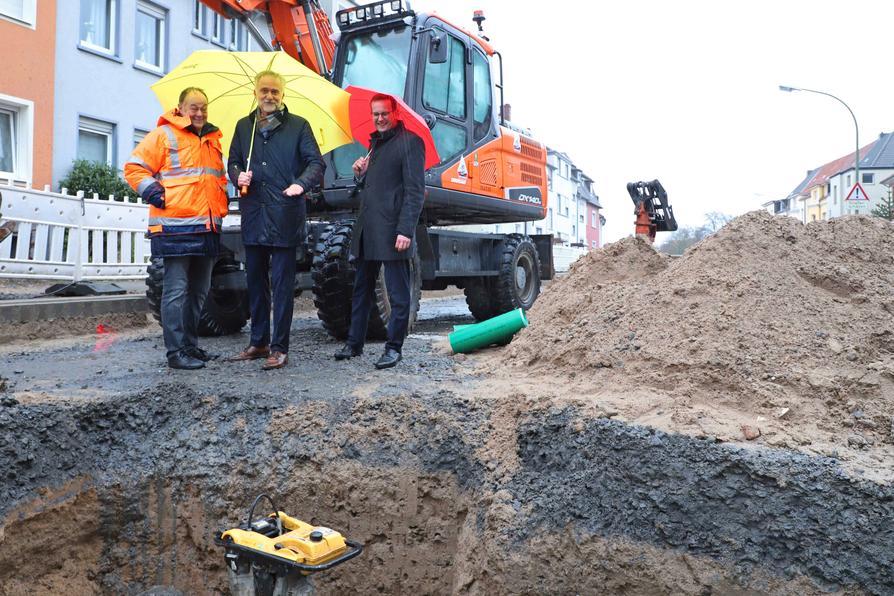 Baustellenbesuch im Regen: (von links) Hartmut Dieckmann, Geschäftsleiter Dieckmann Bauen+Umwelt, Oberbürgermeister Wolfgang Griesert und Heinz-Werner Hölscher, Geschäftsführer der SWO Netz GmbH.