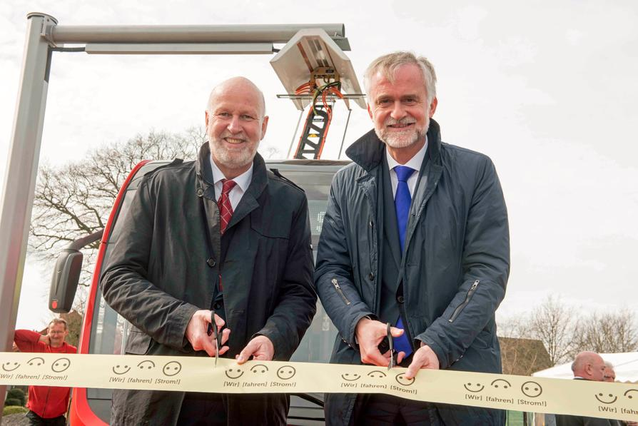 Nahmen die erste E-Buslinie Osnabrücks offiziell in Betrieb: (v.l.) Stadtwerke-Mobilitätsvorstand Dr. Stephan Rolfes und Oberbürgermeister Wolfgang Griesert.