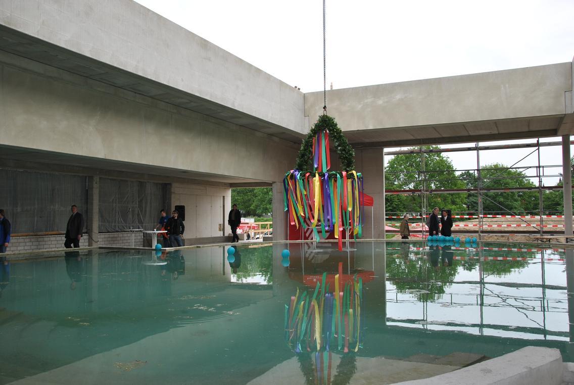 Beim Richtfest des Cabriosols lässt sich schon erahnen, wie der neue Schwimmbadbereich einmal aussehen soll.