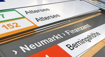Neue Einschübe für die Haltestellenmasten: Die Vorbereitungen für das am 5. Februar startende neue Busliniennetz in Osnabrück laufen auf Hochtouren.