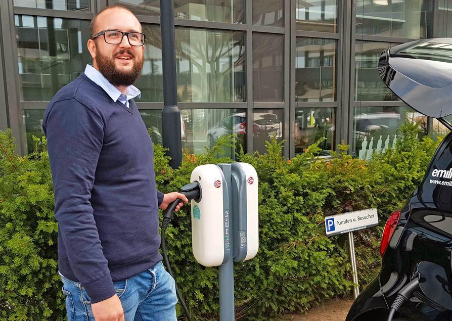 Stadtwerke-Produktmanager Julian Baaske weist darauf hin, dass für den Kauf der E-Ladebox ein neu aufgelegter Fördertopf vom Bund angezapft werden kann.