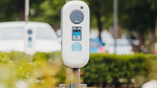 E-Ladebox mit Display auf Firmenparkplatz