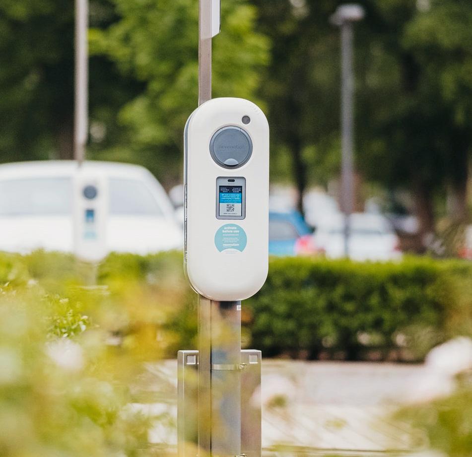 E-Ladebox mit Display auf Firmenparkplatz