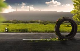 Reifen auf einer Straße mit dem Piesberg im Hintergrund