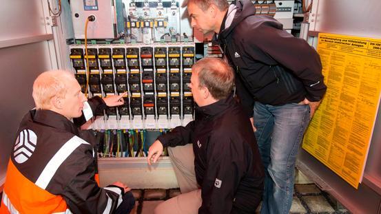 Mitarbeiter kontrollieren die Messwerte des smart grid Pilotprojektes
