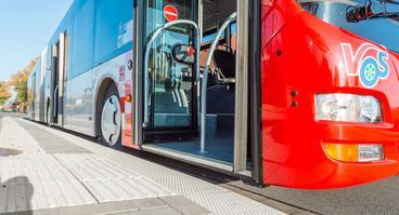 Bus der VOS wartet an einer Haltestelle