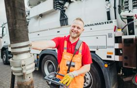 Mitarbeiter der SWO Netz GmbH nutzt den Spülwagen zur Reinigung des Abwasserrohrs