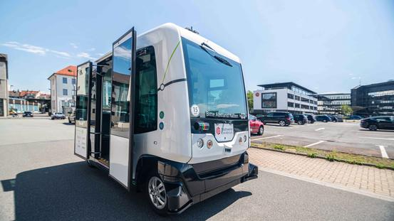 """Der autonom fahrende Minibus """"Hubi"""" ist das Wahrzeichen des vom Bundeswirtschaftsministerium mit dem """"Innovationspreis Reallabore"""" ausgezeichneten Projektes Hub Chain."""