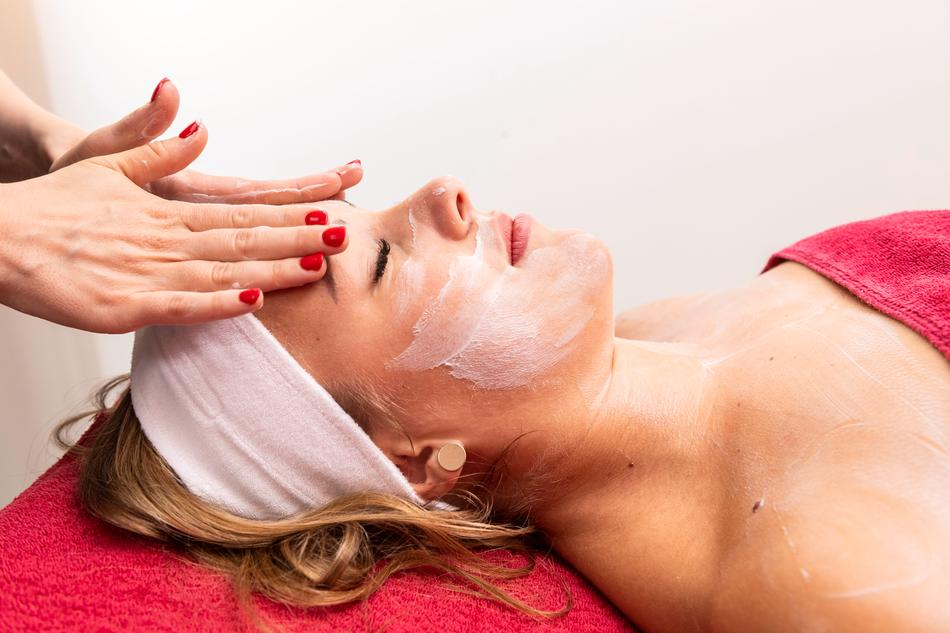 Pflegende Kosmetikanwendungen im Spa & Beauty-Bereich der Loma-Sauna Osnabrück