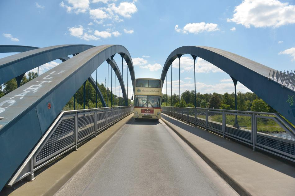 Traditionsbus der Stadtrundfahrten auf einer Brücke