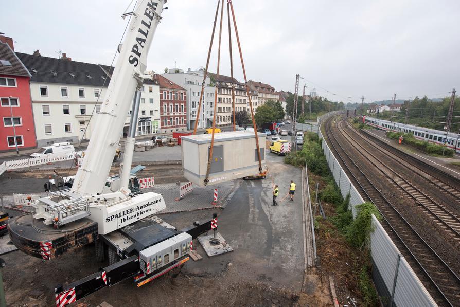 Ein Spezialkran hat das Trafogebäude für die M2-Endwende am Hauptbahnhof am Haken