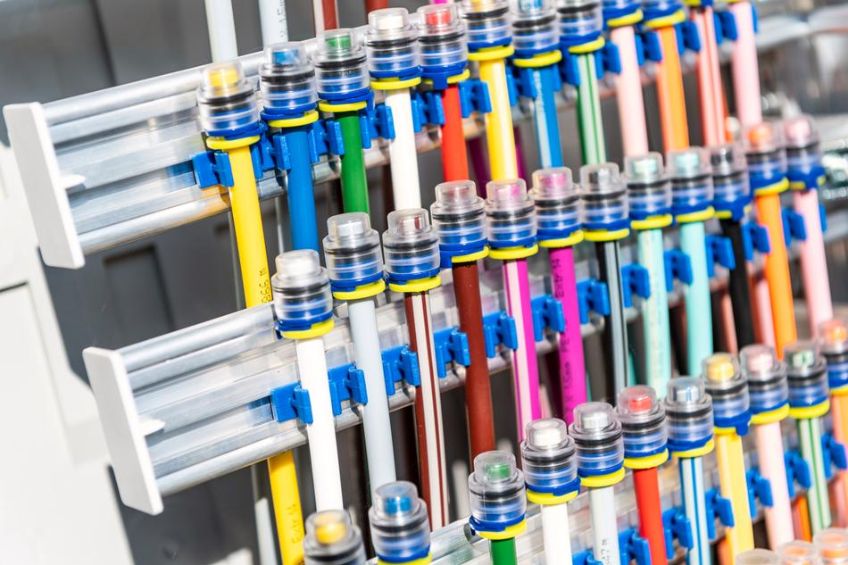Mikroröllchen innerhalb eines Kabelverzweigers (KVz) zum Verbinden von Glasfasern
