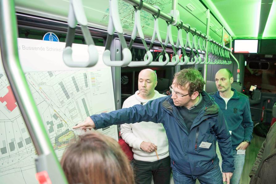 Peter Klausing (Ingenieurplanung Wallenhorst), Joachim Kossow (Stadtwerke) und Alexander Bardenberg (Stadt) informieren über die Umbaupläne für die neue E-Bus-Endwende in Schinkel-Ost.