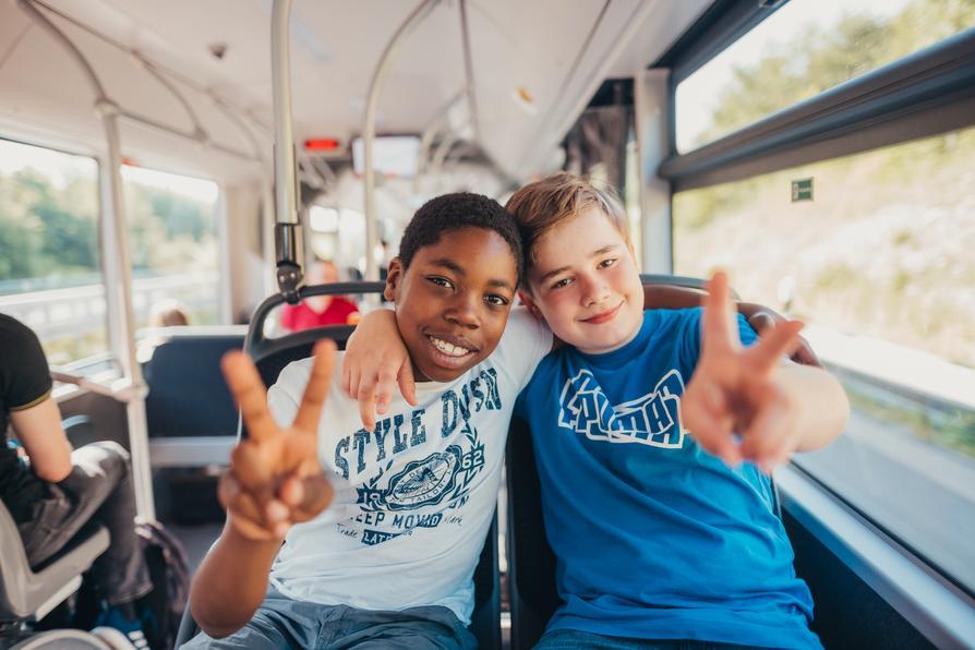Schüler fahren in der Freizeit mit dem Bus in Osnabrück