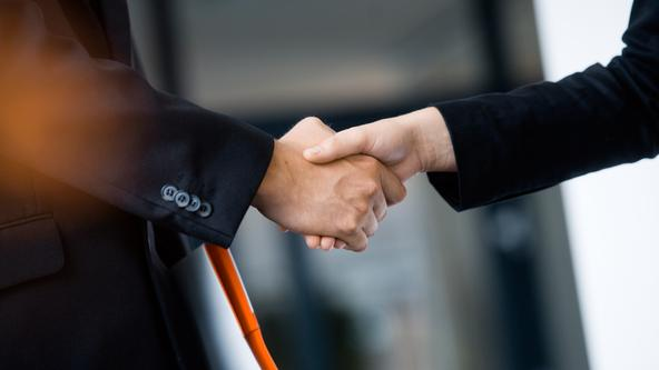 Händedruck zwischen Mitarbeitern und Partner