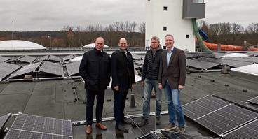 Mehr Sonnenstrom vom Nettebad-Dach: (V.l.) Wolfgang Hermle (Stadtwerke-Bäderchef), Christoph Hüls (Stadtwerke-Vorstandsvorsitzender), Alois Plüster (Geschäftsführer SunConcept), und Sven Kiesow (Stadtwerke-Solarprojektleiter).
