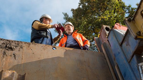 Bauarbeiter der SWO Netz GmbH besprechen den Vorgang der Kanalarbeiten