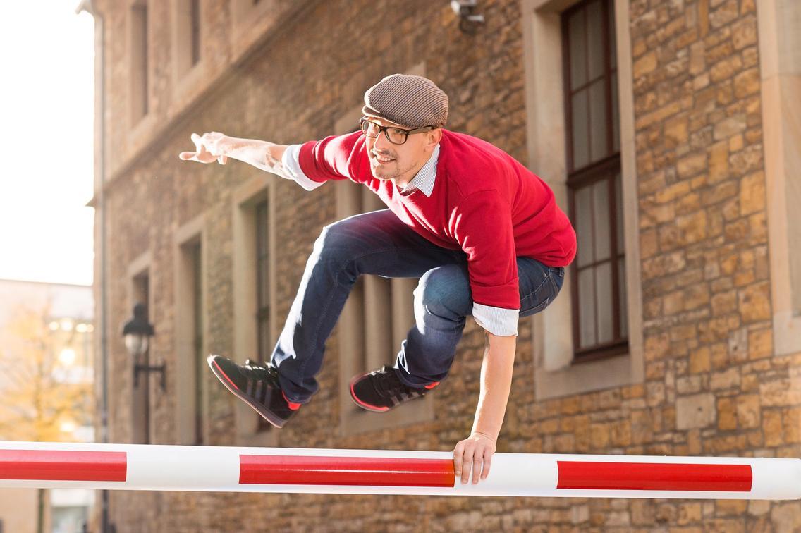 Mann springt über Barke