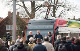 Stadtwerke-Mobilitätsvorstand Dr. Stephan Rolfes und Oberbürgermeister Wolfgang Griesert (v.l.) haben an der neuen E-Busendwende in Haste-Ost die M1 offiziell in Betrieb genommen.
