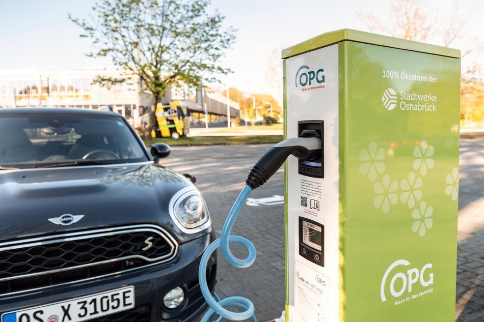 E-Auto wird an OPG Ladesäule am Nettebad Osnabrück geladen