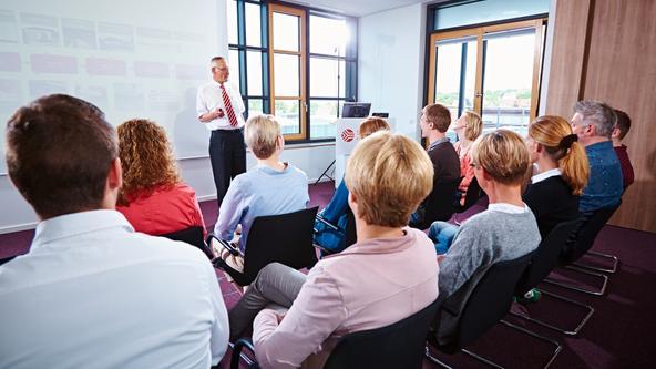 Bürger hören einem Vortrag zu