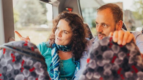 Frau und Mann sitzen im Bus