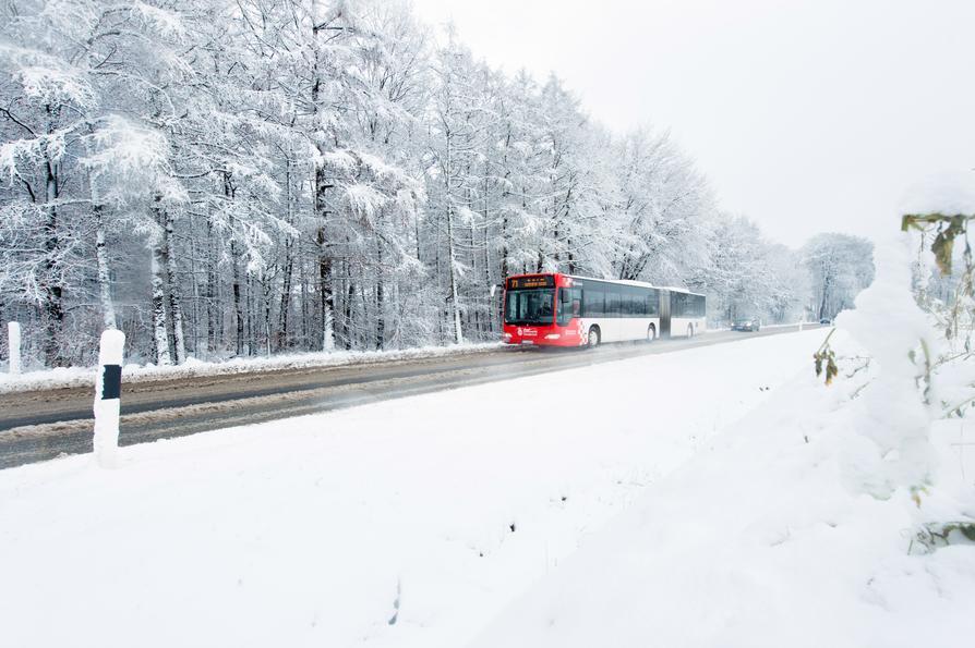 Bus in Schneelandschaft