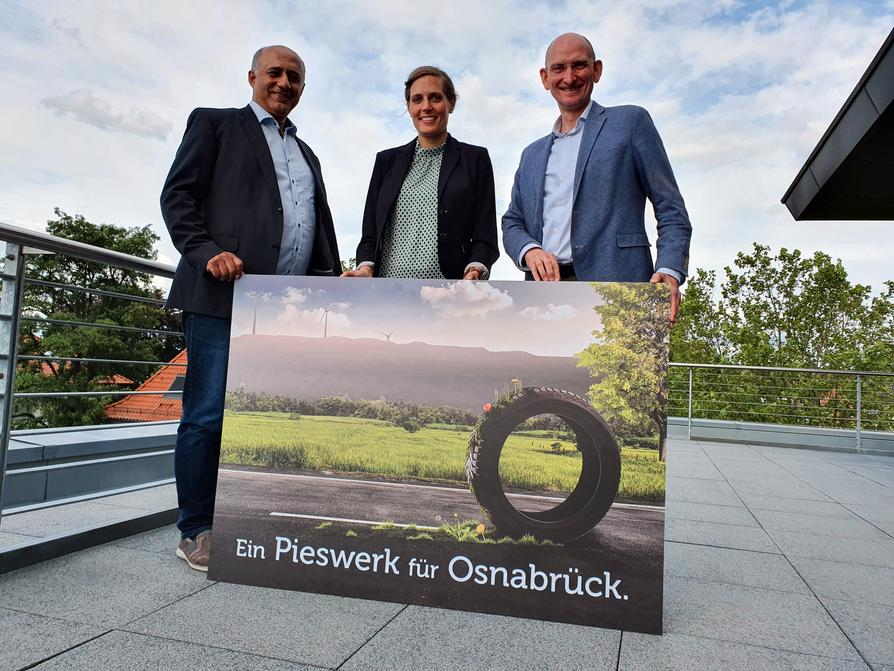 Sind mit dem Pieswerk auf grüner Spur: (V.l.) Serkan Kadi, Berenike Seeberg-Elverfeldt (beide Projektleitung) und Christoph Hüls (Stadtwerke-Vorstandsvorsitzender). (© Stadtwerke Osnabrück / Marco Hörmeyer)