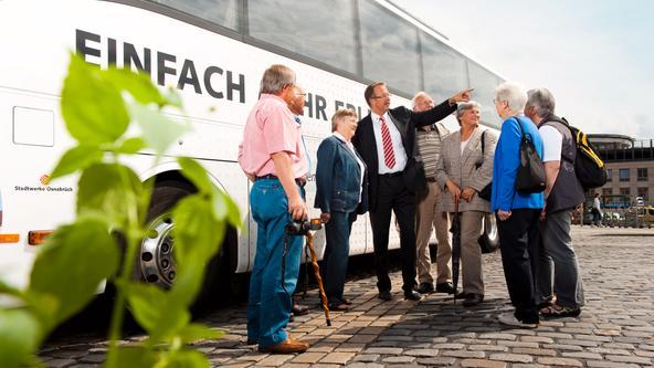 Busfahrer mit einer Reisegruppe