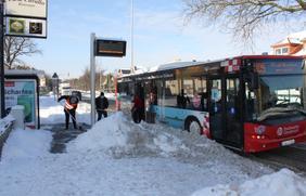 Stadtwerke-Busfahrer befreien Haltestellen im Stadtgebiet von den Schneemassen.
