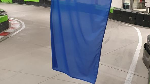 Die blaue Flagge weist darauf hin einen schnelleren Fahrer überholen zu lassen.