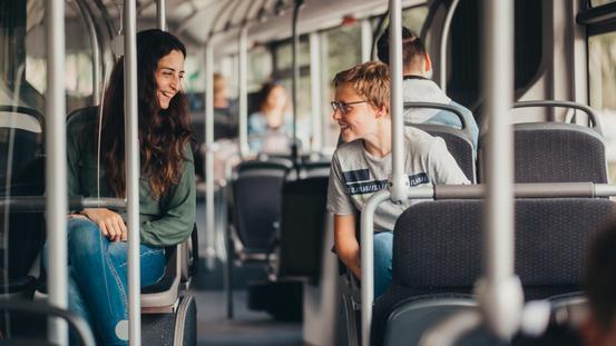 Schüler unterhalten sich im Bus