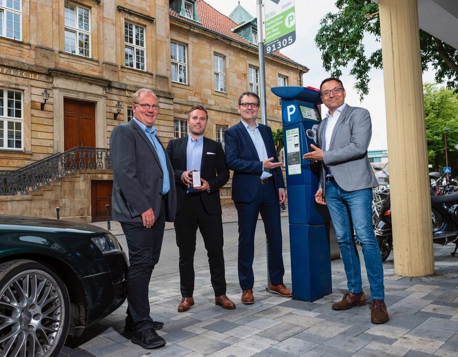 Mehr Komfort beim Parken am Straßenrand:(v.l.) Volker Hänsler (OPG), Philipp Neuner (sunhill technologies), Dirk Warnecke (Volkswagen Financial Services AG), Wigand Maethner (OPG).