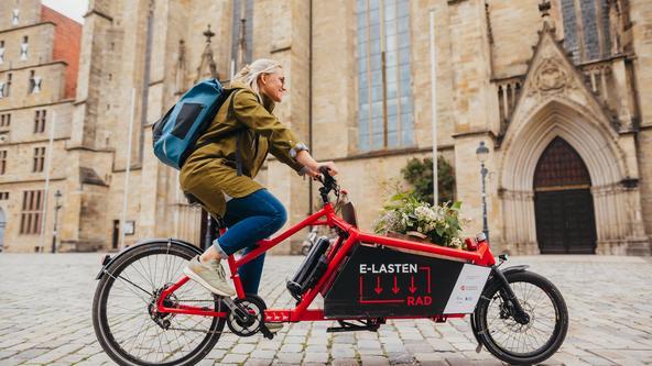 Elektro-Lastenrad fahrend im Stadtzentrum von Osnabrück