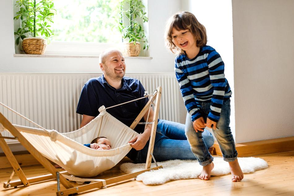 Mann mit Kindern genießen die Wärme zu Hause