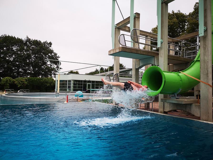 Mit Schwung ins Becken: Passend zum Ferienstart ist die neue Springrutsche im Moskaubad in Betrieb genommen worden.