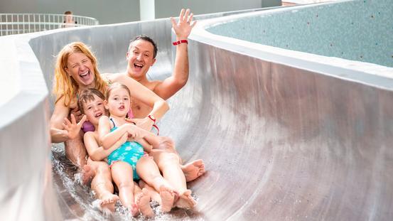 Familienspaß auf der Indoor Rutsche im Rutschenpark der Erlebniswelt