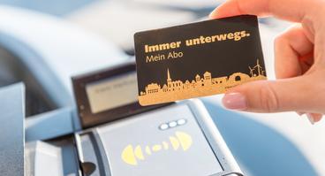Kunde zeigt Abo Chipkarte der Verkehrsgemeinschaft Osnabrück (VOS) im Bus