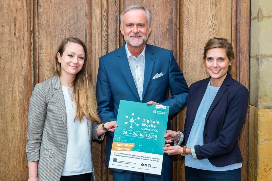 Oberbürgermeister Wolfgang Griesert (Mitte) ist Schirmherr der Digitalen Woche. Franziska Haucke (links), Projektleiterin Digitale Agenda der Stadt Osnabrück und Berenike Seeberg-Elverfeldt (rechts), New Business-Managerin der Stadtwerke Osnabrück haben die Digitale Woche initiiert.