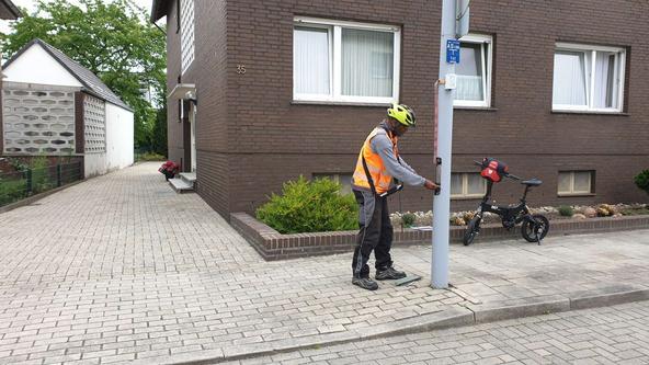 Sicherheitscheck an einem Beleuchtungsmasten