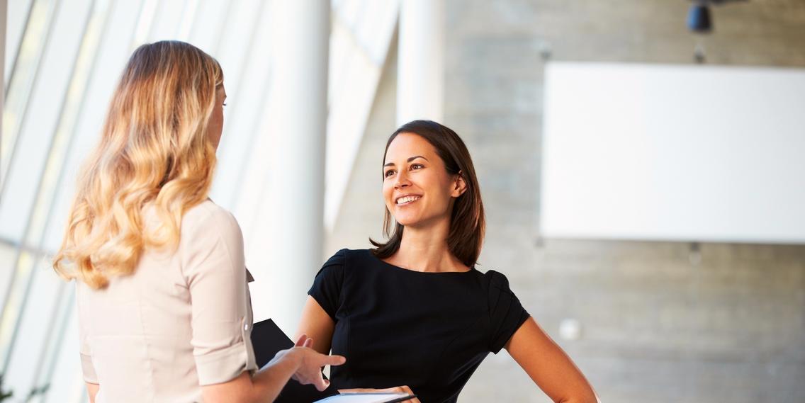 Frauen in einem Geschäftsgespräch