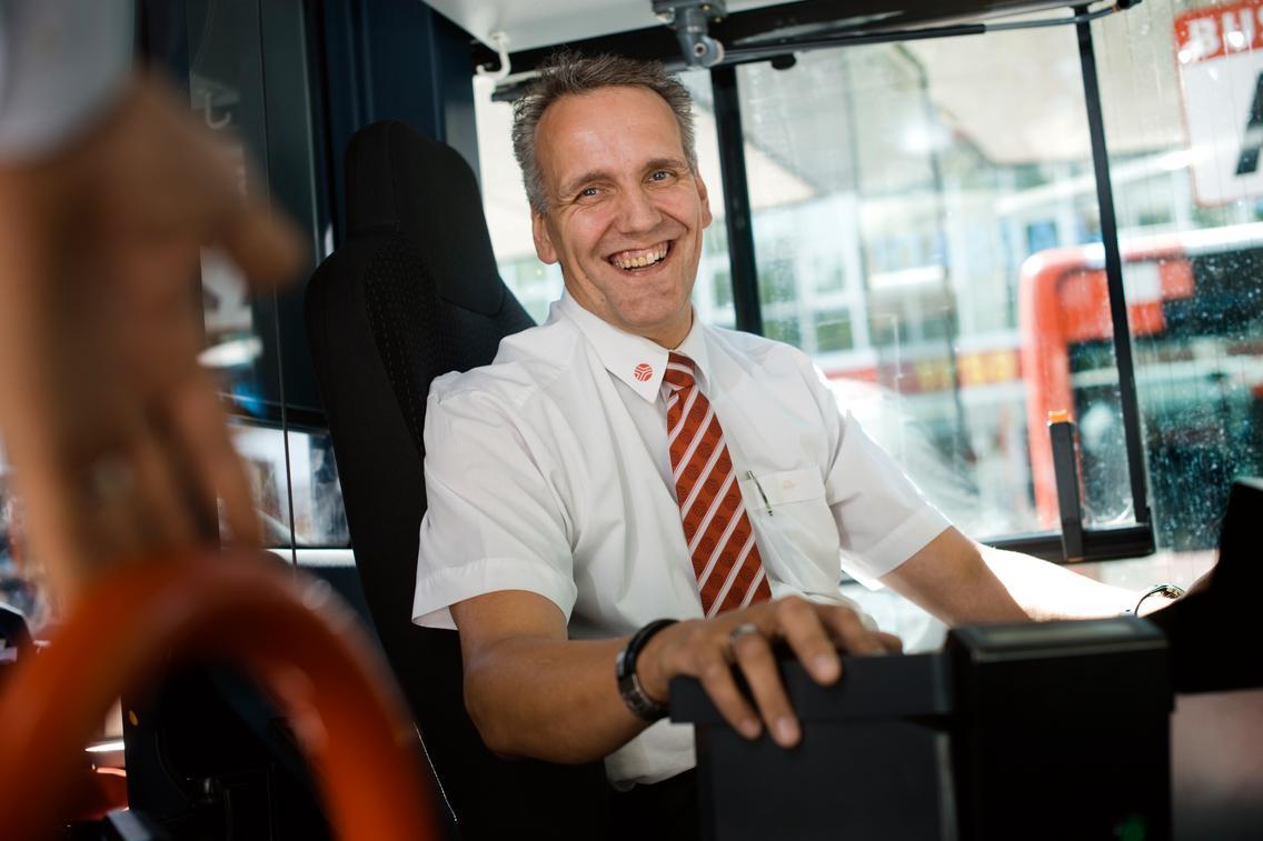 Busfahrer sitzt hinterm Lenkrad