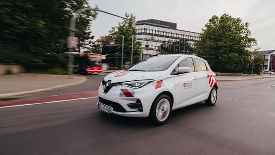 E-Auto fährt vor der Stadtwerke Zentrale Alte Poststraße