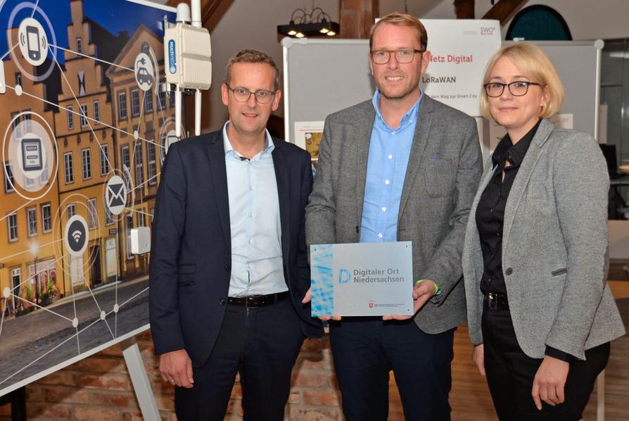 """Freuen sich über die Auszeichnung """"Digitaler Ort Niedersachsen"""" für den OSNA HACK: (V.l.) SWO Netz-Geschäftsführer Heinz-Werner Hölscher, Staatssekretär Stefan Muhle und Stadträtin Katharina Pötter."""