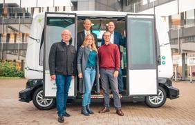 """Gemeinsame Testfahrt mit dem autonomen Minibus """"Hubi"""": (Vorne v.l.) Werner Linnenbrink (Leiter Mobilitätsangebot Stadtwerke), Anna Kebschull (designierte Landrätin), Volker Bajus (Vorsitzender Grüne-Ratsfraktion) sowie (hinten v.l.) Dr. Michael Kopatz (Grüne-Ratsfraktion) und Dr. Stephan Rolfes (Stadtwerke-Mobilitätsvorstand)."""