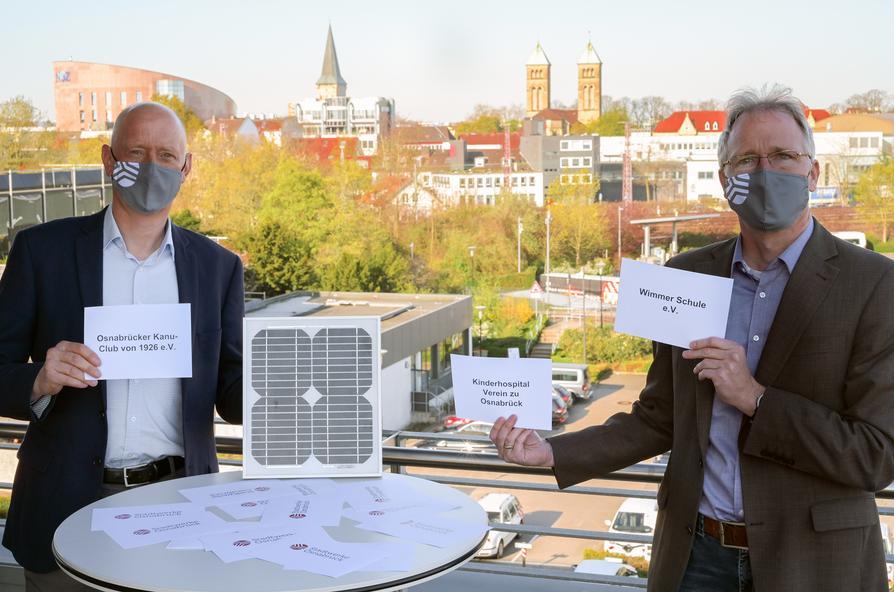 """Haben die drei """"Vereins-Sonnenstrom""""-Gewinner ausgewählt: Eckhard Reimler, Leiter Produktmanagement (l.) und Stadtwerke-Solarexperte Sven Kiesow."""
