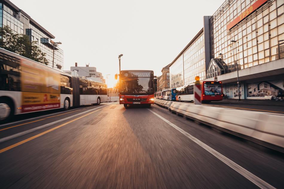 Bus fährt über den Neumarkt